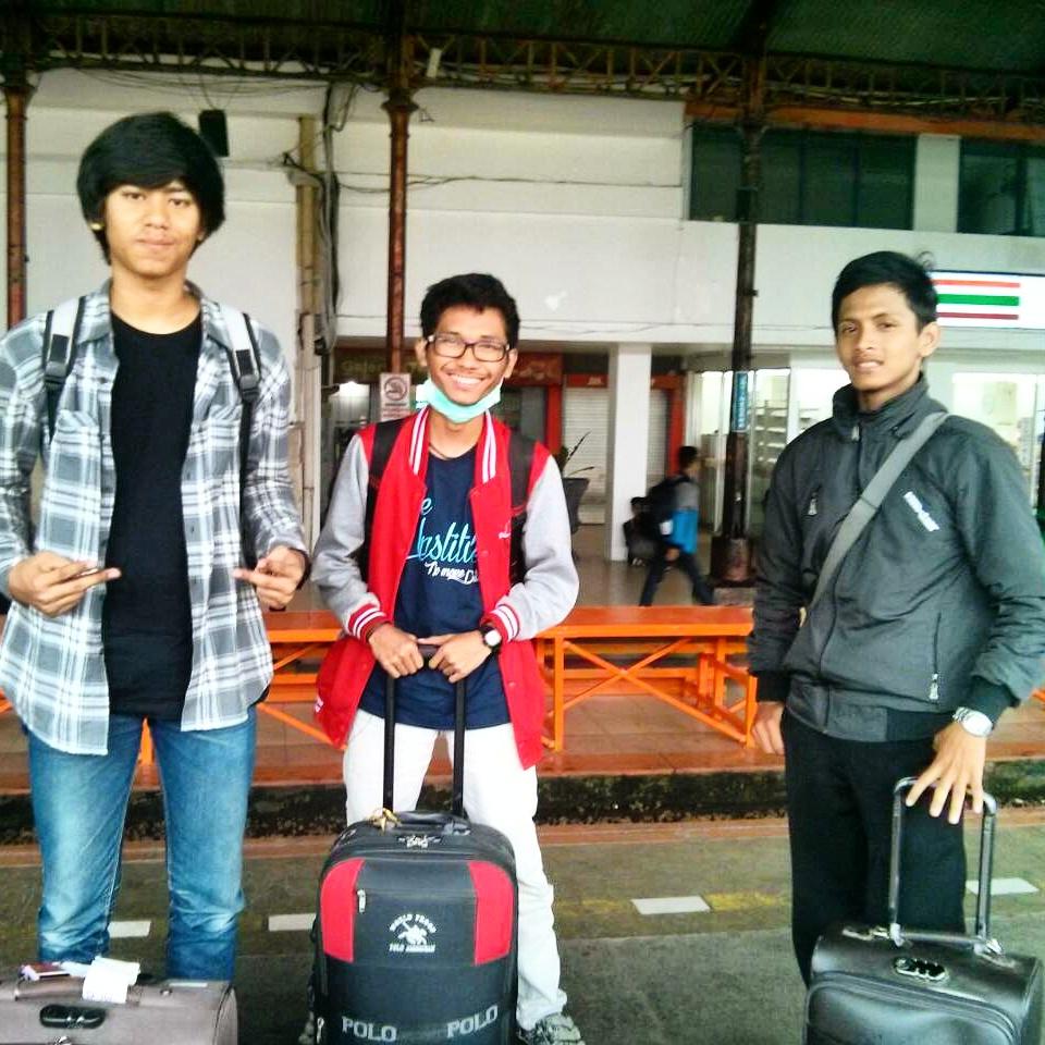 Foto di depan Stasiun Kereta Api Jatinegara, Jakarta Timur. Bersama dengan Irfan (kiri) dan Azzam (kanan) pulang dari Kampung Inggris Pare menuju Ibu Kota Jakarta.